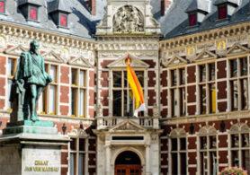 Utrecht entrance University Hall with statue Jan van Nassau